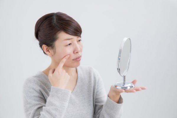 毛穴を気にする中年女性